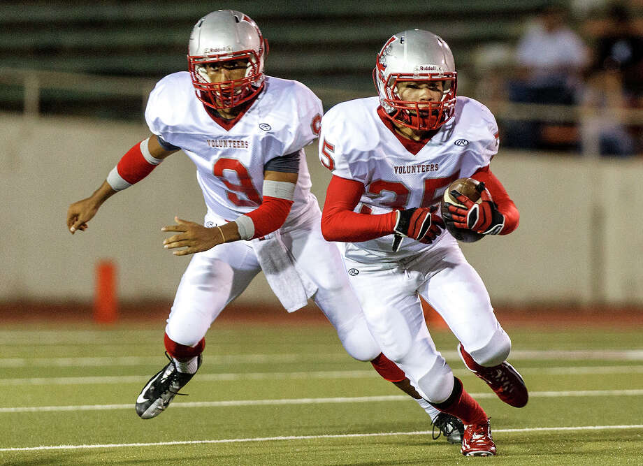Lee running back Josh Caulk (right) looks for running room after taking a handoff from quarterback Brannon Montanez during their game at Alamo Stadium  on Sept. 21, 2012.  Caulk rushed for 162 yards and scored a touchdown while Montanez  completed 22-of-29 passes for 344 yards and six touchdowns as the Volunteers beat Jefferson 49-35.  MARVIN PFEIFFER/ mpfeiffer@express-news.net Photo: MARVIN PFEIFFER, Express-News / Express-News 2012