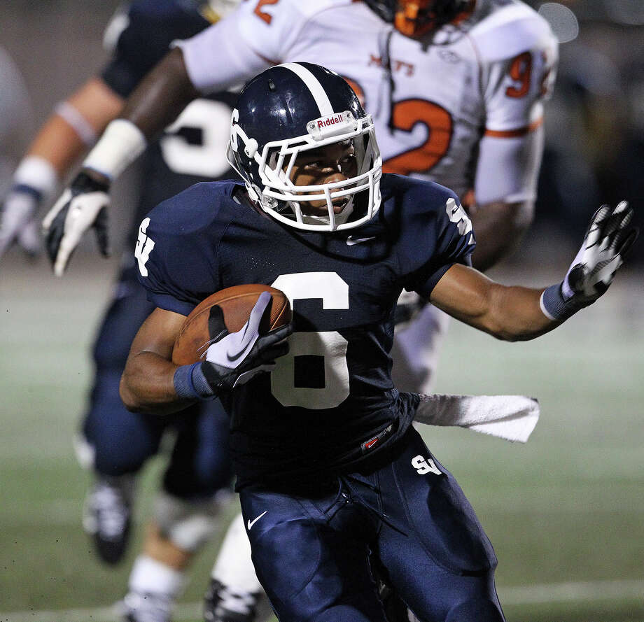 Ranger running back Xavier Coombs takes the ball as Smithson Valley hosts Madison on September 21, 2012. Photo: Tom Reel, Express-News / ©2012 San Antono Express-News
