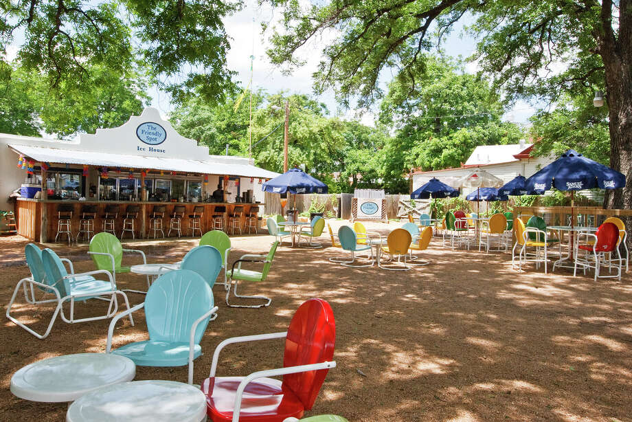 Southtown enjoys the outdoors and some good food and drink at The Friendly Spot,  943 S Alamo St. Photo: MARVIN PFEIFFER, E-N Archive / Prime Time Newspapers 2010