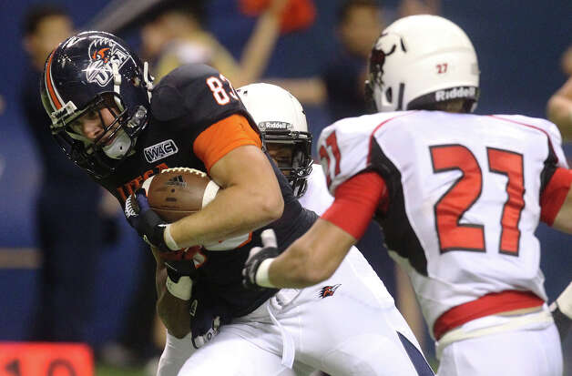 UTSA's Cole Hubble splits a pair of Northwestern Oklahoma State defenders including Brandon Eddins (27) at the Alamodome on Saturday, Sept. 22, 2012. Photo: Kin Man Hui, Express-News / ©2012 San Antonio Express-News