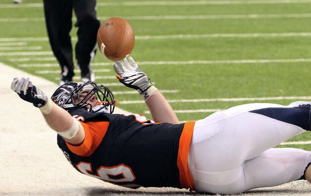 UTSA's Jason Neil (96) scrambles to recover a blocked punt against Northwestern Oklahoma State in the second half at the Alamodome on Saturday, Sept. 22, 2012. UTSA won 56-3. Photo: Kin Man Hui, SAN ANTONIO EXPRESS-NEWS / ©2012 San Antonio Express-News