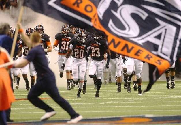 UTSA Roadrunners take the field against Northwestern Oklahoma State at the Alamodome on Saturday, Sept. 22, 2012. (SAN ANTONIO EXPRESS-NEWS)