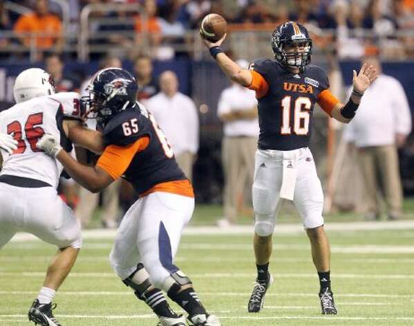 UTSA's John Simmons (16) throws a pass in the second half against Northwestern Oklahoma State at the Alamodome on Saturday, Sept. 22, 2012. (SAN ANTONIO EXPRESS-NEWS)