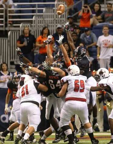 UTSA defenders attempt to block a field goal attempt against Northwestern Oklahoma State at the Alamodome on Saturday, Sept. 22, 2012. (SAN ANTONIO EXPRESS-NEWS)