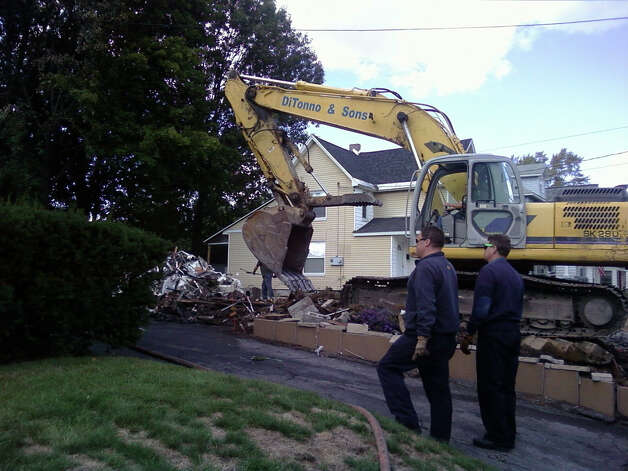 Demolition and City of Schenectady fire crews oversee a house being torn down at 1082 Helderberg Ave. that was the scene of a fatal fire Sept. 22, 2012. (Photo by Staff writer Lauren Stanforth) / Copyright.LG Electronics Inc.