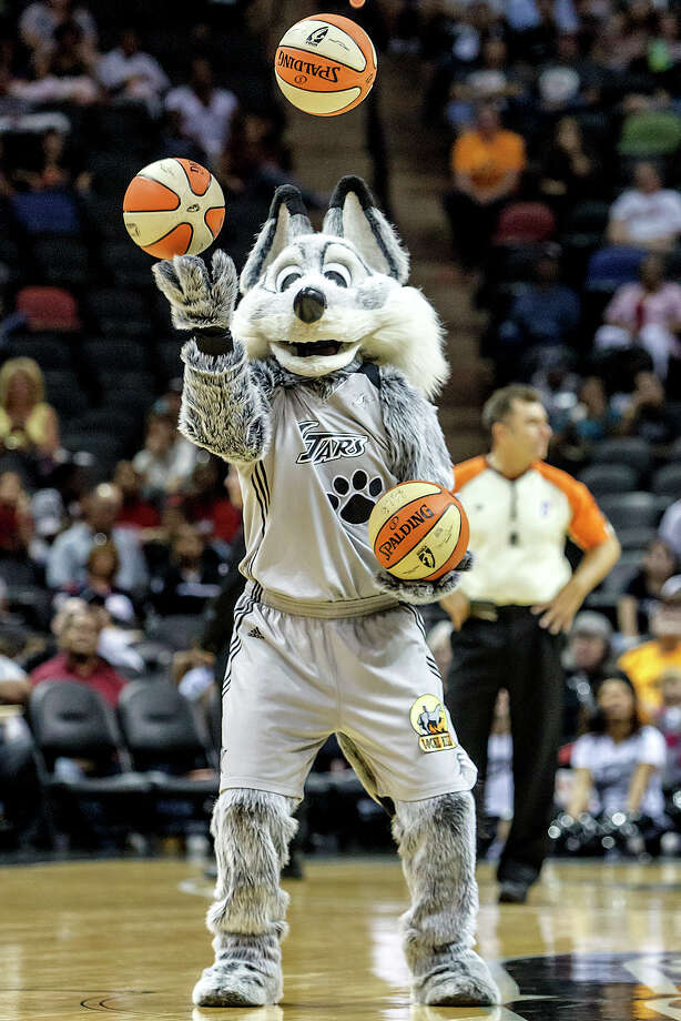 The Fox juggles basketballs during a break in the action of the Silver Stars game with the Minnesota Lynx at the AT&T Center on Sept. 23, 2012.  MARVIN PFEIFFER/ mpfeiffer@express-news.net Photo: MARVIN PFEIFFER, Express-News / Express-News 2012