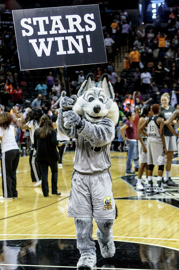 The Fox celebrates following the Silver Star 99-84 victory over the Minnesota Lynx in their season finale at the AT&T Center on Sept. 23, 2102.  MARVIN PFEIFFER/ mpfeiffer@express-news.net Photo: MARVIN PFEIFFER, Express-News / Express-News 2012