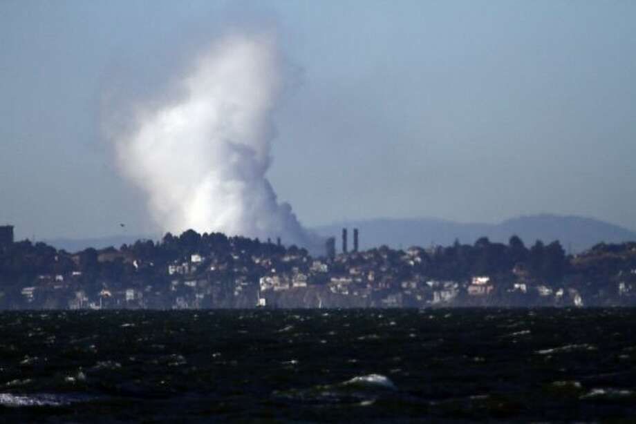 A flammable vapor cloud that led to the fire rises 1,000 feet above the Chevron refinery in Richmond. Photo: Tony Lee / SF