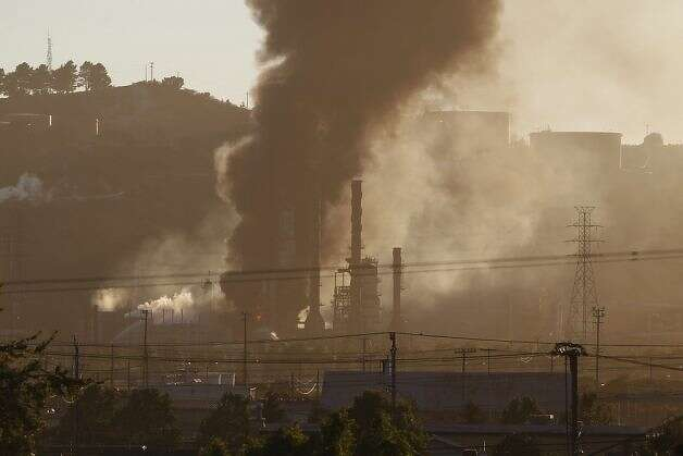 Smoke and fire from the Chevron Oil Refinery fire as seen in Richmond, Calif. on Monday, Aug. 6, 2012. Photo: Stephen Lam, Special To The Chronicle / SF