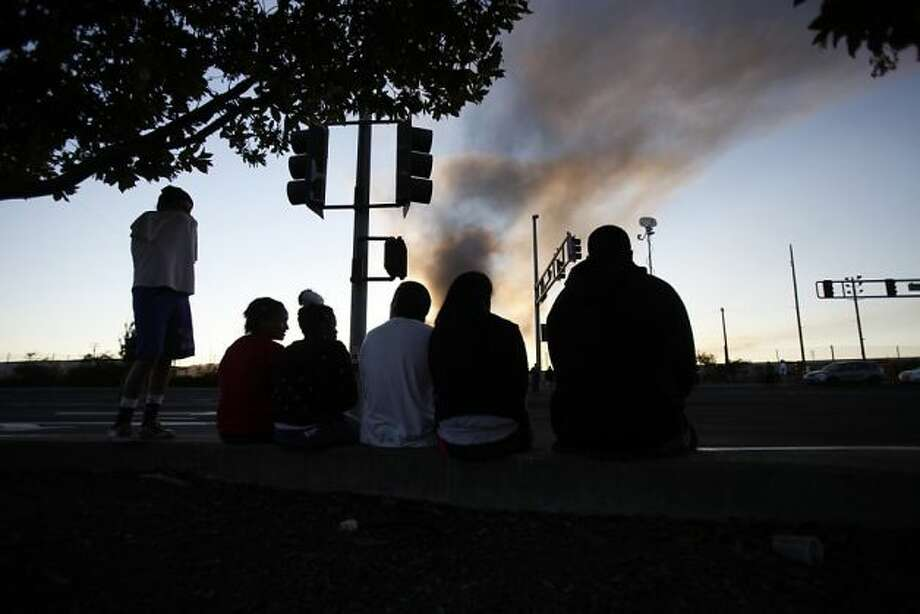 A group of teenagers watches smoke and fire from the Chevron Oil Refinery fire in Richmond, Calif. on Monday, Aug. 6, 2012. Photo: Stephen Lam, Special To The Chronicle / SF