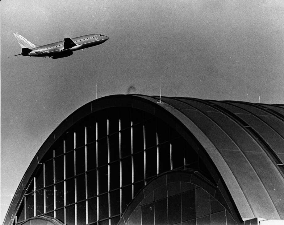 Airliner flys over the  San Antonio International Airport. 1987 Photo: San Antonio Express-News