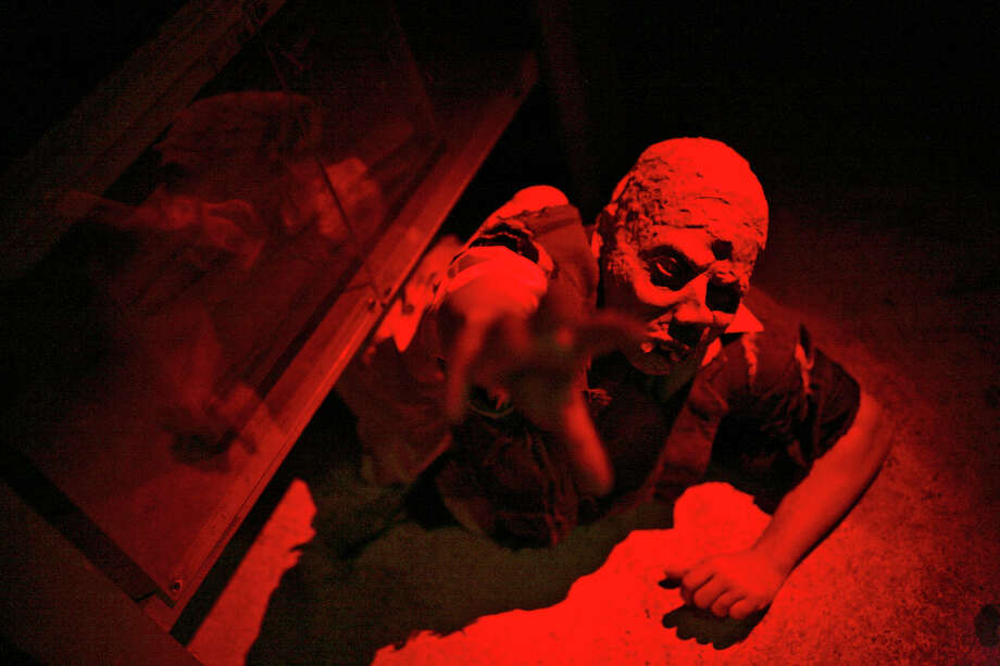 Bruce McColley portrays one of the characters dressed to frighten the crowd at Nightmare on Grayson in San Antonio on Thursday, Oct. 18, 2007. Photo: LISA KRANTZ, SAN ANTONIO EXPRESS-NEWS / SAN ANTONIO EXPRESS-NEWS