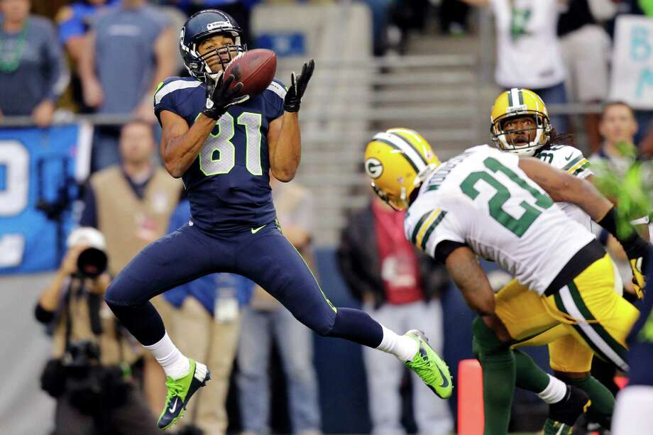 Seattle Seahawks wide receiver Golden Tate (81) catches a pass for a touchdown ahead of Green Bay Packers cornerback Charles Woodson (21) in the first half of an NFL football game, Monday, Sept. 24, 2012, in Seattle. Photo: AP