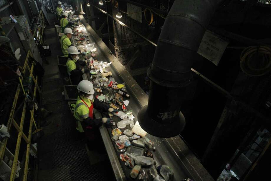 4. Refuse and recycle material collectors are involved in fatal workplace incidents at a rate of 41.2 per 100,000 full-time workers. Photo: Carlos Avila Gonzalez, DM / ONLINE_YES
