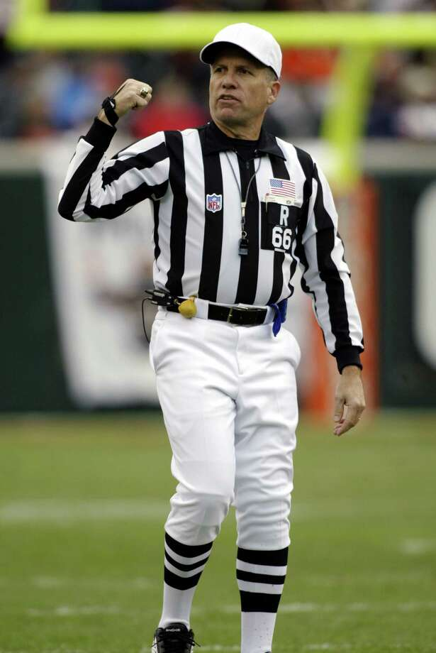 26 Oct 2003: Referee Walt Anderson during Cincinnati's 27-24 win over Seattle at Paul Brown Stadium in Cincinnati, OH.   MANDATORY CREDIT: Thomas E. Witte/Icon SMI.  HOUCHRON CAPTION  (02/05/2005) SECSPTS COLORFRONT:  SOLID STRIPE: Walt Anderson was the referee for the AFC Championship Game two weeks ago. Photo: Thomas E. Witte/Icon SMI / Icon SMI
