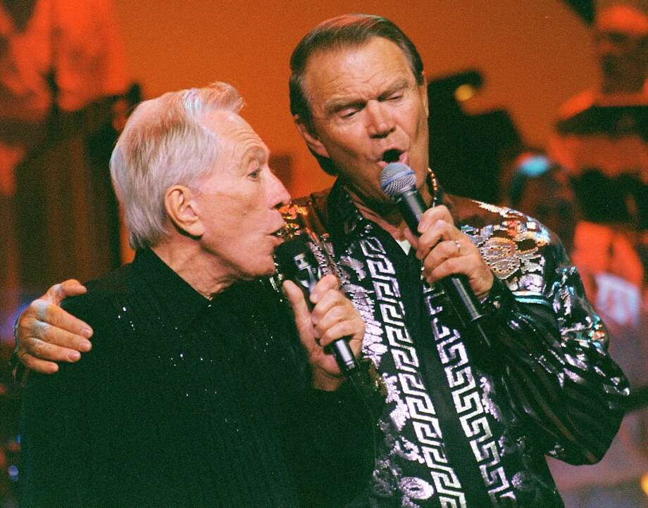 KRT TRAVEL STORY SLUGGED: UST-BRANSON KRT PHOTOGRAPH BY TOM UHLENBROCK/ST. LOUIS POST-DISPATCH (May 11) Andy Williams, left, and Glen Campbell perform at the Moon River Theatre in Branson, Missouri. (mvw) 2003 Photo: TOM UHLENBROCK, KRT / ST. LOUIS POST-DISPATCH