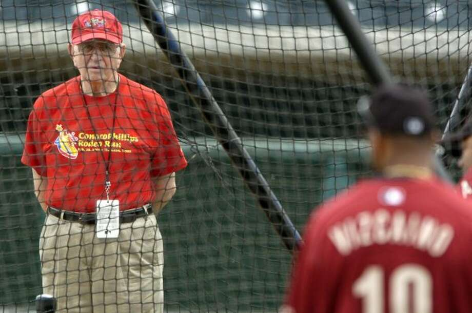 Hall of Fame broadcaster Milo Hamilton watches Jose Vizcaino in the batting cage during Hamilton's 55th spring training.  (Karen Warren / Houston Chronicle)