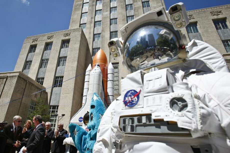 "Houston Astros' announcer, Milo Hamilton, shakes hands with Richard Allen, President of Space Center Houston, outside City Hall during the ""Bring the Shuttle Home Rally,"" in Houston. (Michael Paulsen / Chronicle)"