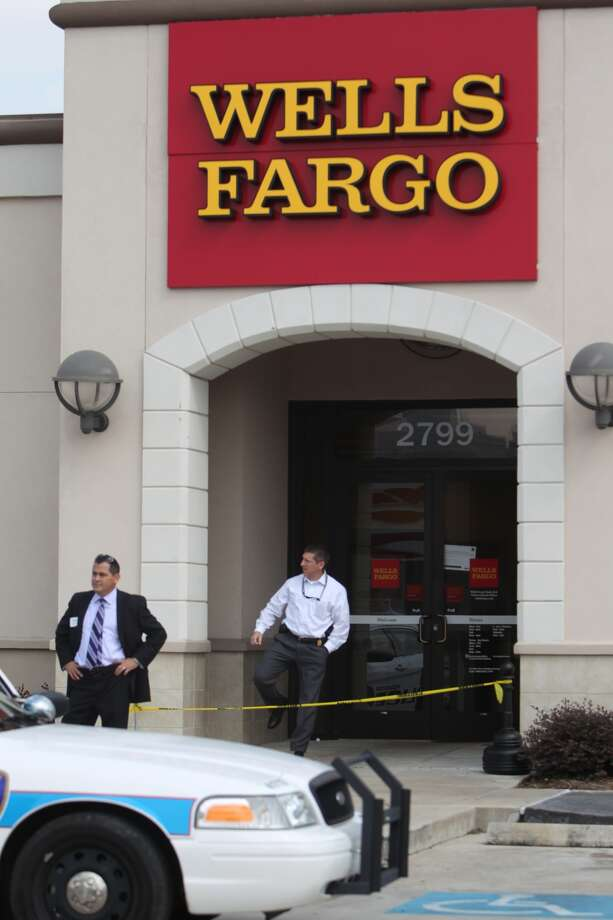 Police took four suspects into custody Wednesday morning after a robbery at a Wells Fargo branch at 2799 Fulton. Photo: Johnny Hanson