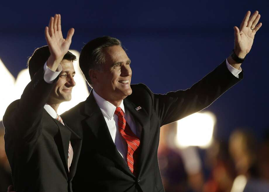 El candidato presidencial republicano  Mitt Romney y su compañero de fórmula  Paul Ryan, lizquierda, tras el discurso de Romney' en la Convención Nacional Republicana en Tampa, Florida, el jueves 30 de agosto del 2012.  (Foto AP/Charlie Neibergall) (Associated Press)