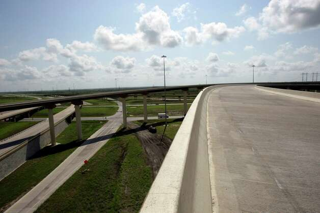 Southeast view of Texas 130, the state's first public-private toll road, opens this fall, ending in Seguin at I-10.  It will be the first toll road near San Antonio. Part of Texas 130, which was built by the state, is already open, from Georgetown to just south of Austin. The new section is being built by the private company Cintra-Zachary. Photo: Helen L. Montoya, SAN ANTONIO EXPRESS-NEWS / ©2012 SAN ANTONIO EXPRESS-NEWS