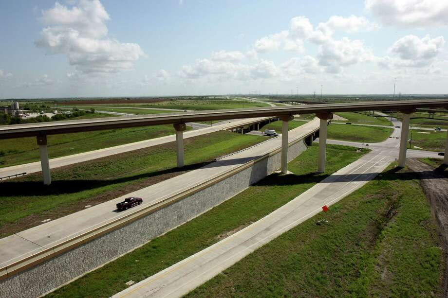 Texas 130, the state's first public-private toll road, opens this fall, ending in Seguin at I-10.  It will be the first toll road near San Antonio. Part of Texas 130, which was built by the state, is already open, from Georgetown to just south of Austin. The new section is being built by the private company Cintra-Zachary. Photo: Helen L. Montoya, SAN ANTONIO EXPRESS-NEWS / ©2012 SAN ANTONIO EXPRESS-NEWS