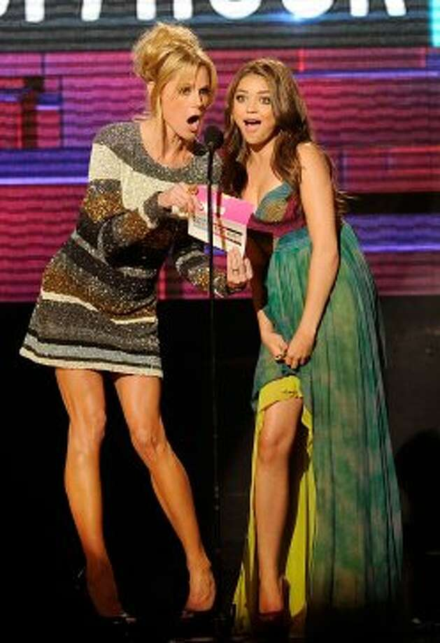 "Julie Bowen (L) doesn't get to show off her great legs on ""Modern Family"" much, but she does here at the 2011 American Music Awards with co-star Sarah Hyland.  (Kevork Djansezian / Getty Images)"