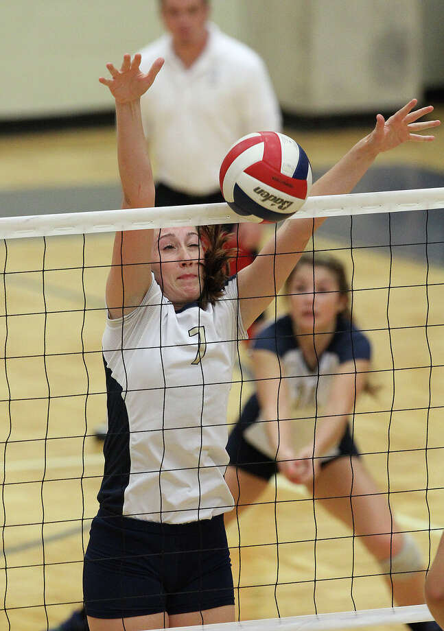 O'Connor's Laura Fox (07) makes a block against Clark in high school volleyball at Taylor Fieldhouse on Wednesday, Sept. 26, 2012. Photo: Kin Man Hui, San Antonio Express-News / ©2012 San Antonio Express-News