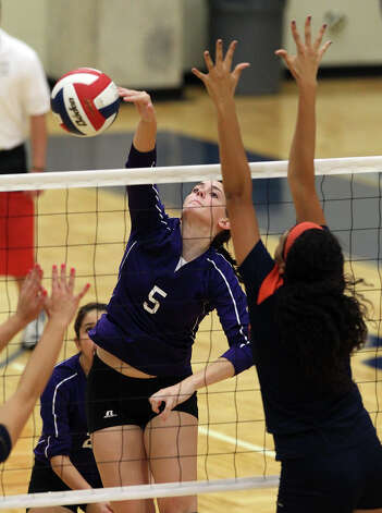 Warren's Lauren McQueen (05) hits past a Brandeis blocker in high school volleyball at Taylor Fieldhouse on Wednesday, Sept. 26, 2012. Photo: Kin Man Hui, San Antonio Express-News / ©2012 San Antonio Express-News
