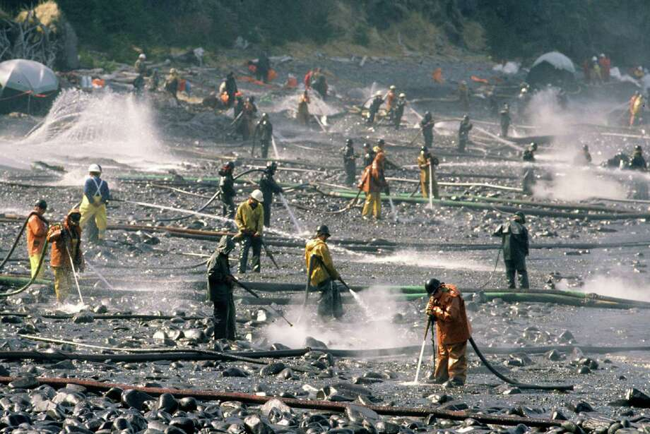 Exxon Valdez oil spill workers use pressure washers to wash oil from the beach at Smith Island on Alaska's Prince William Sound. Photo: Bob Hallinen, MCT / Anchorage Daily News