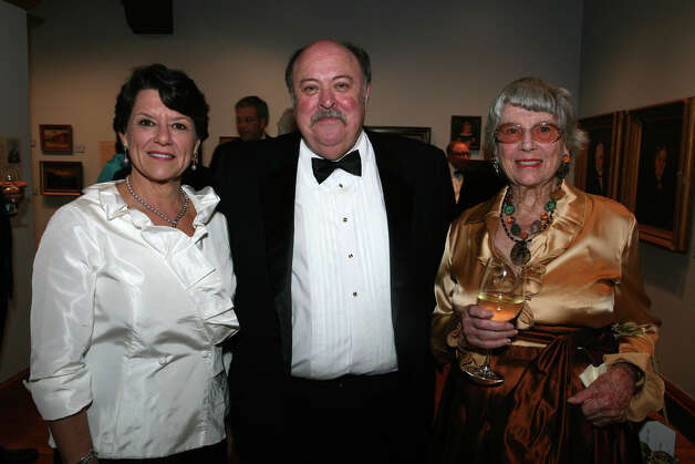 OTS/HEIDBRINK - Witte Museum president/CEO Marise McDermott, from left, Brown Foundation curator Bruce Shackelford and honoree/donor Helen Kleberg Groves gather at the Witte Presidents Dinner at the Witte on 9/21/2012. names checked photo by leland a. outz Photo: LELAND A. OUTZ, SPECIAL TO THE EXPRESS-NEWS / SAN ANTONIO EXPRESS-NEWS