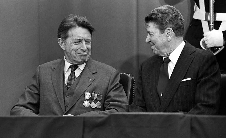 Caspar W. Weinberger (left) with President Ronald Reagan in 1987. Photo: Jose R. Lopez, NYT