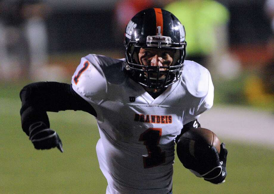 Trinton Ynclan runs for short yardage against Stevens during high-school football action at Gustafson Stadium on Thursday, Sept. 27, 2012. Photo: Billy Calzada, Express-News / © San Antonio Express-News