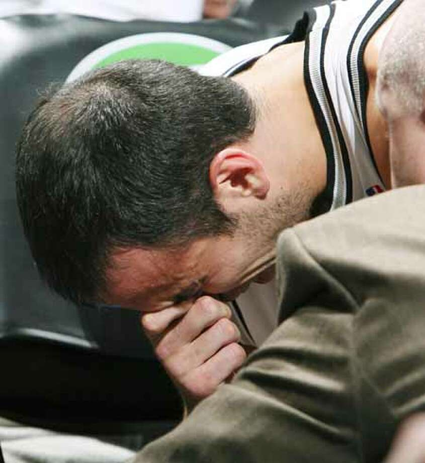 The Spurs' Manu Ginobili reacts after being injured against the Los Angeles Clippers during the first half on Dec. 22, 2007, at the AT&T Center. Photo: EDWARD A. ORNELAS, SAN ANTONIO EXPRESS-NEWS / SAN ANTONIO EXPRESS-NEWS
