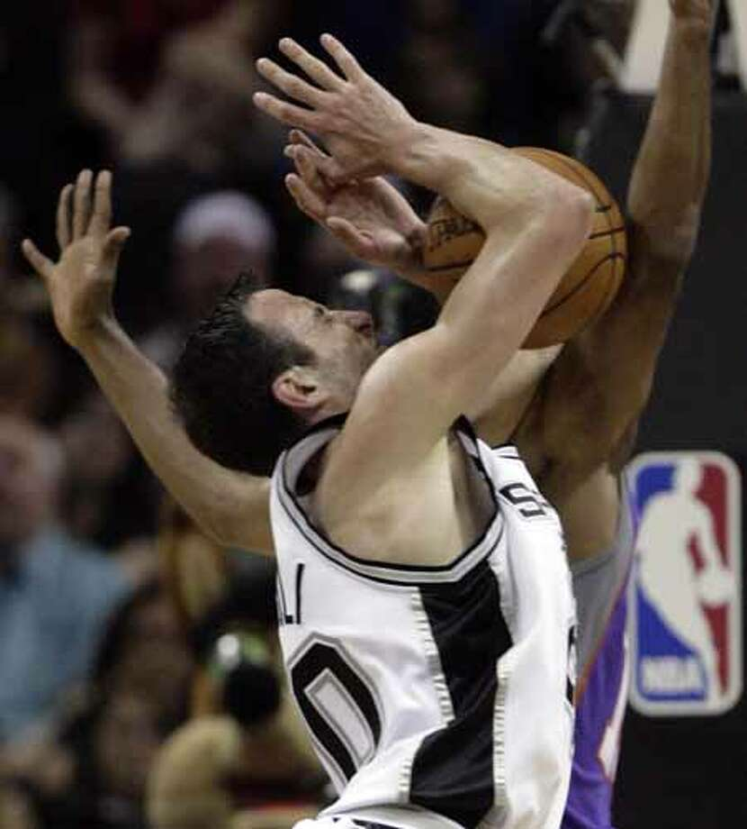 The Spurs' Manu Ginobili collides with the Phoenix Suns' Raja Bell during Game 3 of the Western Conference Semifinals on May 12, 2007, at the AT&T Center. The collision resulted in an injury to Ginobili's left eye. Photo: WILLIAM LUTHER, SAN ANTONIO EXPRESS-NEWS / SAN ANTONIO EXPRESS-NEWS