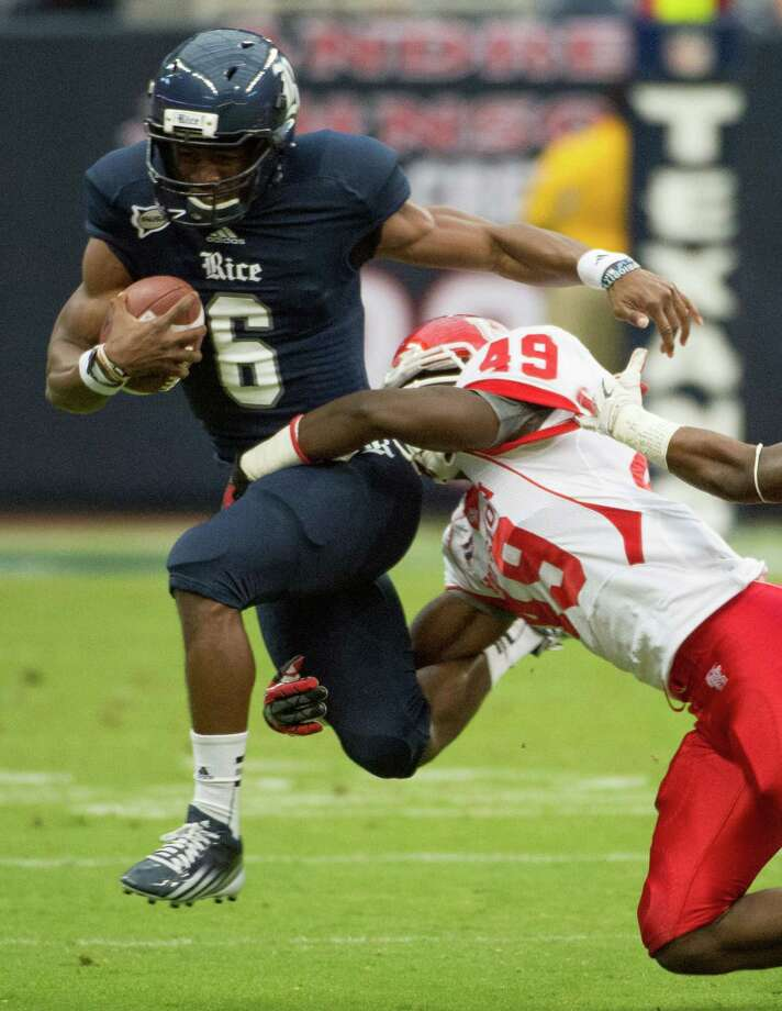 Rice quarterback Driphus Jackson (6) is brought down by Houston linebacker Derrick Mathews (49) of the annual Bayou Bucket football game at Reliant Stadium, Saturday, Sept. 29, 2012, in Houston. Photo: Smiley N. Pool, Houston Chronicle / © 2012  Houston Chronicle