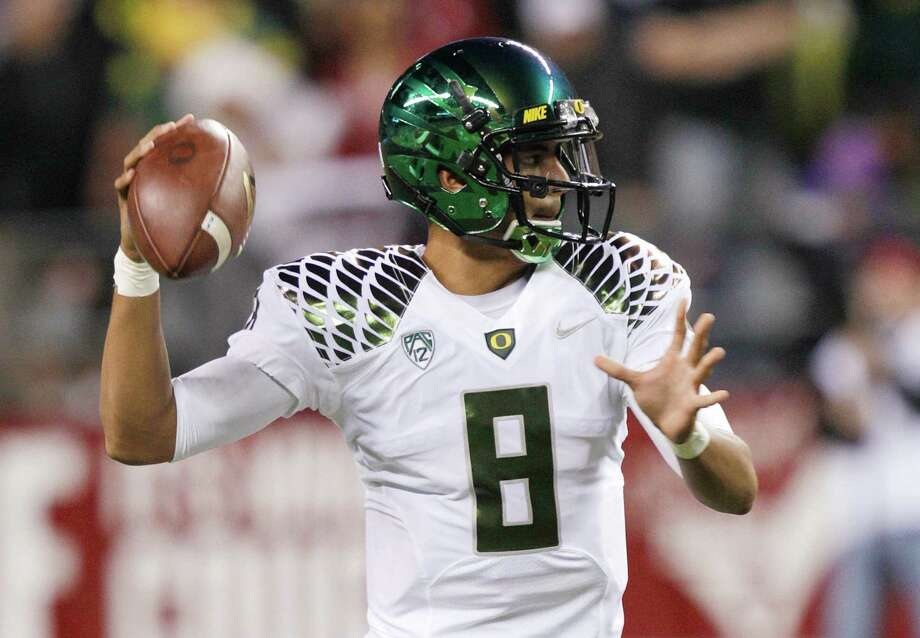 Oregon quarterback Marcus Mariota looks to pass against Washington State in the first half of an NCAA college football game, Saturday, Sept. 29, 2012, in Seattle. Photo: AP