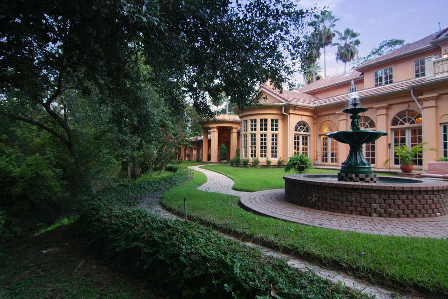The outer grounds include a fountain and paved walkway. Photo: Daniel Zimmerman Real Estate Agency