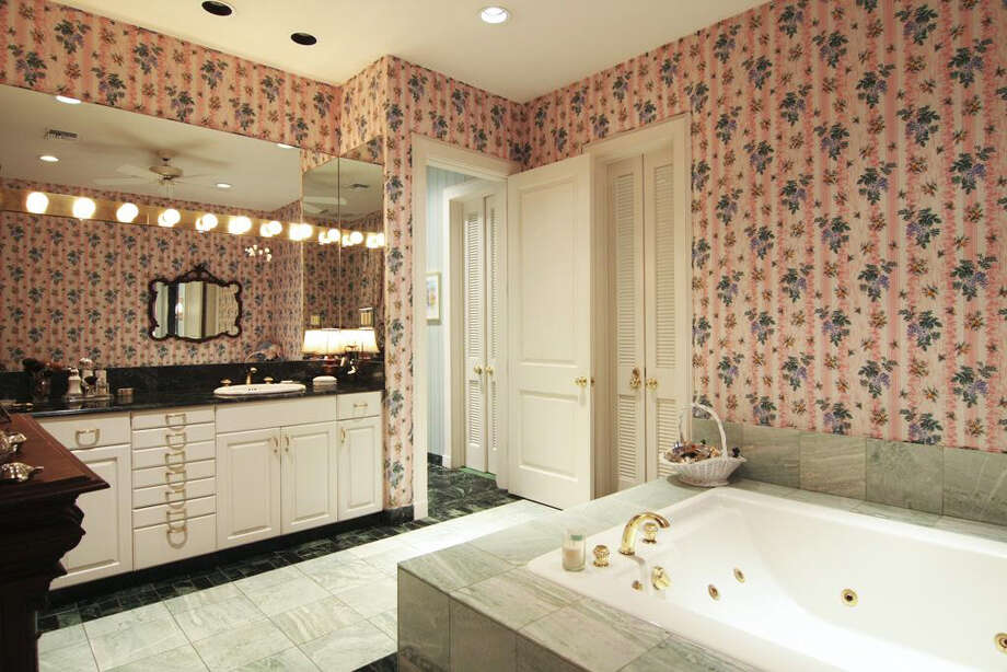 The master bathroom has a whirlpool tub, vanity and tile floors. Photo: Daniel Zimmerman Real Estate Agency