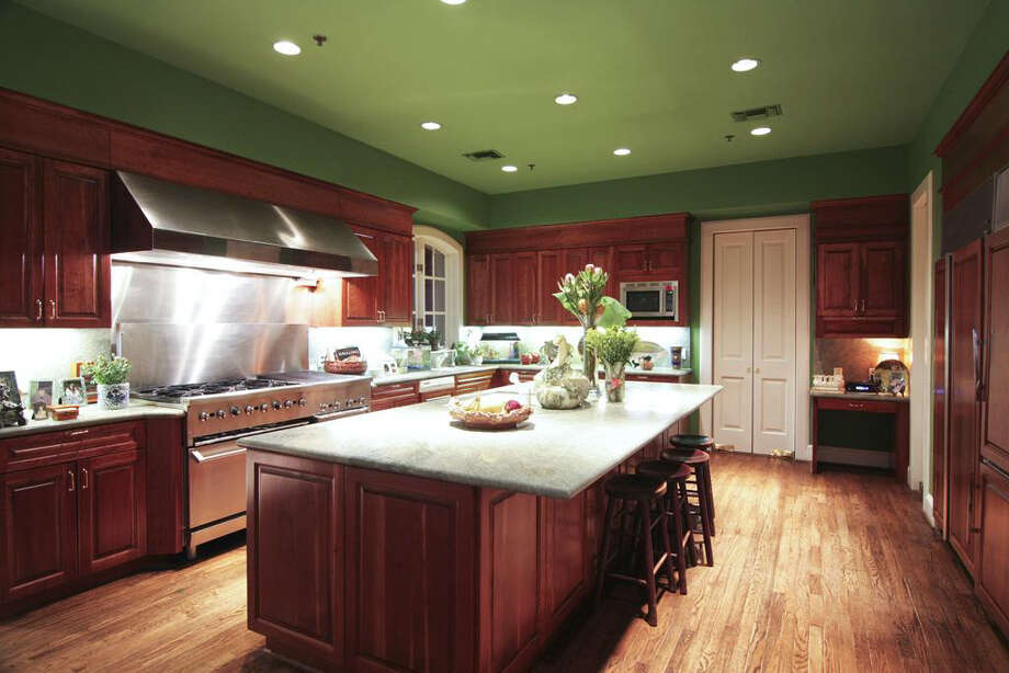 The kitchen features a large cooking area and island. Photo: Daniel Zimmerman Real Estate Agency
