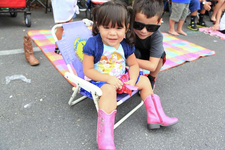 Fair goers take in the sights at the Comal County Fair. Photo: Xelina Flores-Chasnoff