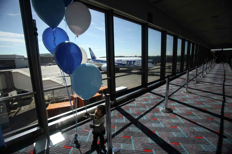 Eito Ishida, 1, plays with balloons as he waits to board first Boeing 787 to provide commercial service to Sea-Tac Airport after a delay was announced for departure. Photo: JOSHUA TRUJILLO / SEATTLEPI.COM