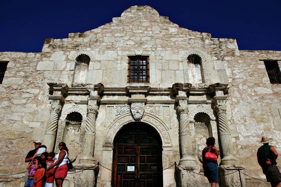 Fewer tourists at the Alamo. Photo: NICOLE FRUGE, . / SAN ANTONIO EXPRESS-NEWS