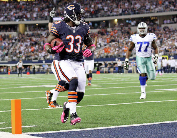 Chicago Bears' Charles Tillman runs into the end zone for a touchdown on an interception against the Dallas Cowboys during first half action Monday Oct. 1, 2012 at Cowboys Stadium in Arlington, Tx. Photo: Edward A. Ornelas, Express-News / © 2012 San Antonio Express-News