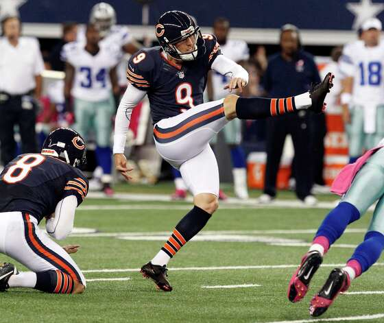Chicago Bears punter Adam Podlesh (8) holds as kicker Robbie Gould (9) makes a field goal against the Chicago Bears during the first half of an NFL football game, Monday, Oct. 1, 2012 in Arlington, Texas. (AP Photo/LM Otero) Photo: LM Otero, Associated Press / AP