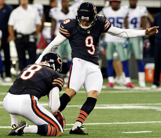 Chicago Bears punter Adam Podlesh (8) holds as kicker Robbie Gould (9) makes a field goal against the Chicago Bears during the first half of an NFL football game, Monday, Oct. 1, 2012, in Arlington, Texas. (AP Photo/LM Otero) Photo: LM Otero, Associated Press / AP