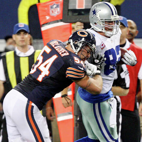 Dallas Cowboys' Jason Witten looks for room around Chicago Bears' Brian Urlacher during second half action Monday Oct. 1, 2012 at Cowboys Stadium in Arlington, Tx.  The Bears won 34-18. Photo: Edward A. Ornelas, Express-News / © 2012 San Antonio Express-News