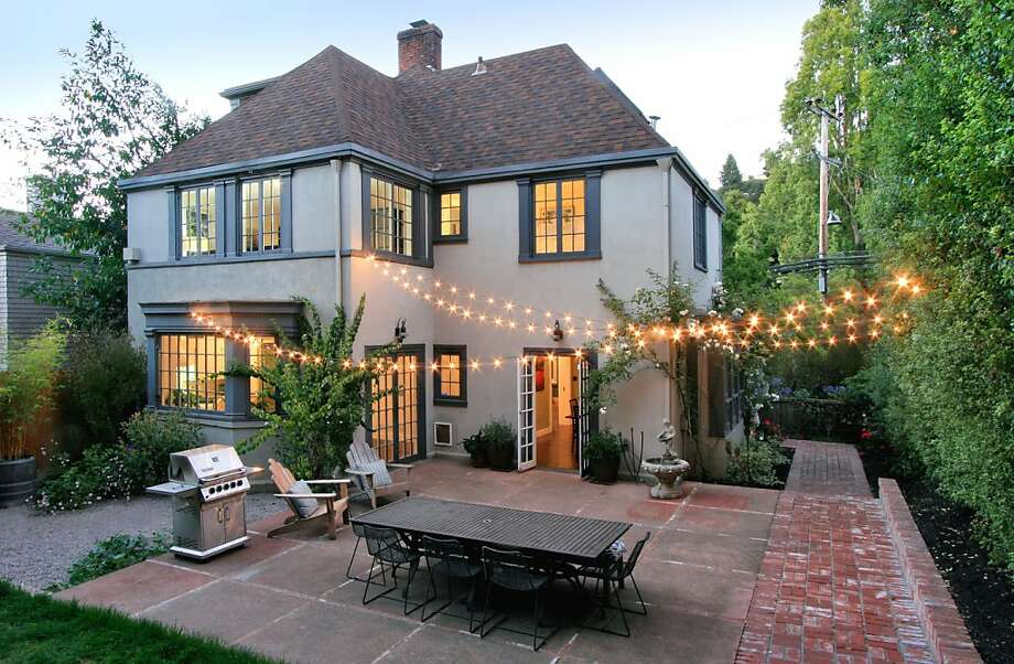 The Home At 10 Oak Ridge Road In Berkeley Includes Five Bedrooms And 2.5  Bathrooms In