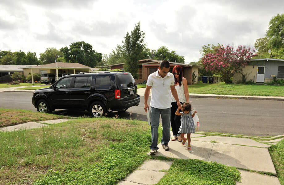 Miguel Escalera, Sharily Contreras and daughter Anastasia make a Meals on Wheels delivery. Photo: For The Express-News
