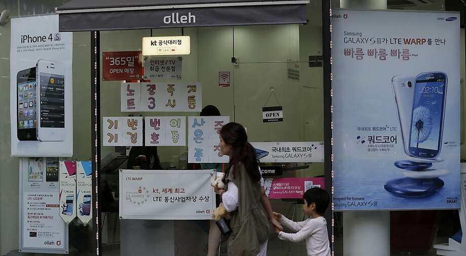 At a mobile phone shop in Seoul, banners advertise Samsung's Galaxy S III, which Apple added in August to the list of products that it says infringe on its patents. Samsung added the iPhone 5 to its case Monday. Photo: Lee Jin-man, Associated Press